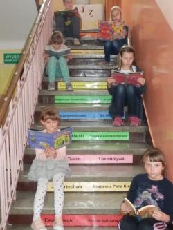 MK uczniowie na schodach
